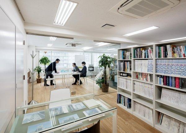 事務所の打ち合わせスペース。複数駅からアクセス可能なエリアに位置しています。