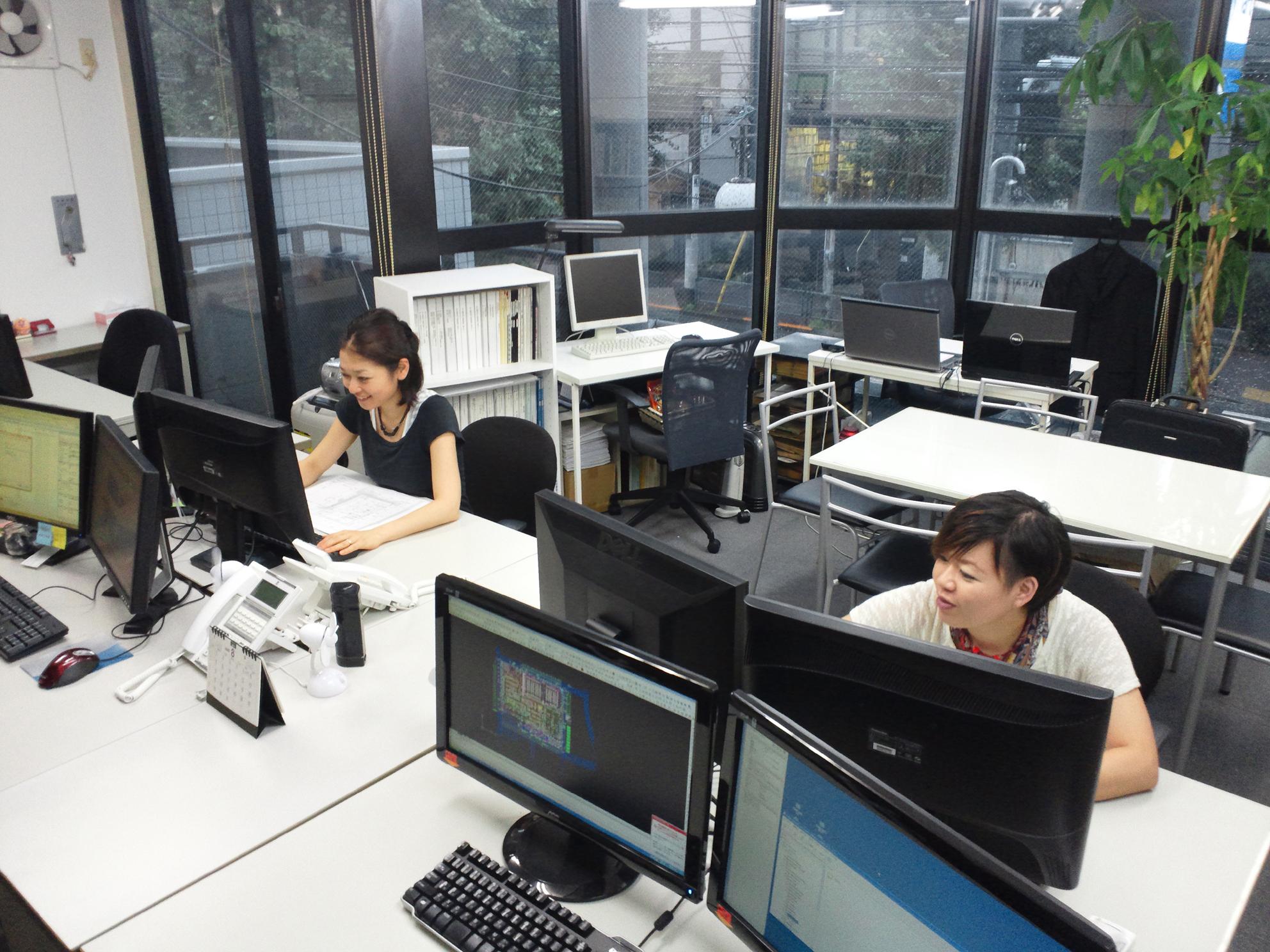 アトリエモア事務所内観(2台画面による作業性向上を図っています)