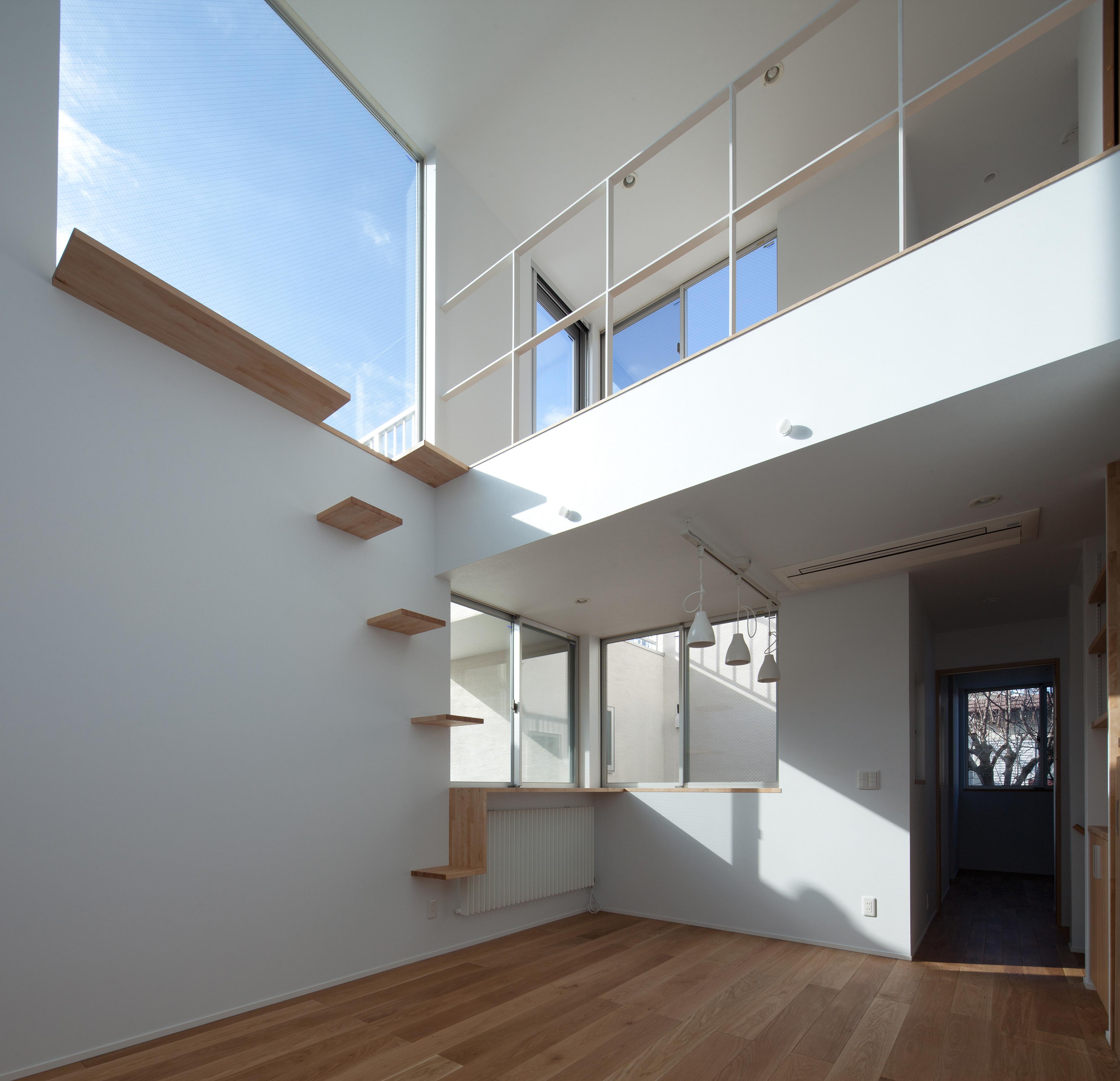 住宅密集地に建つ2世帯住宅。開口やプランの工夫によって開放的な空間となりました。