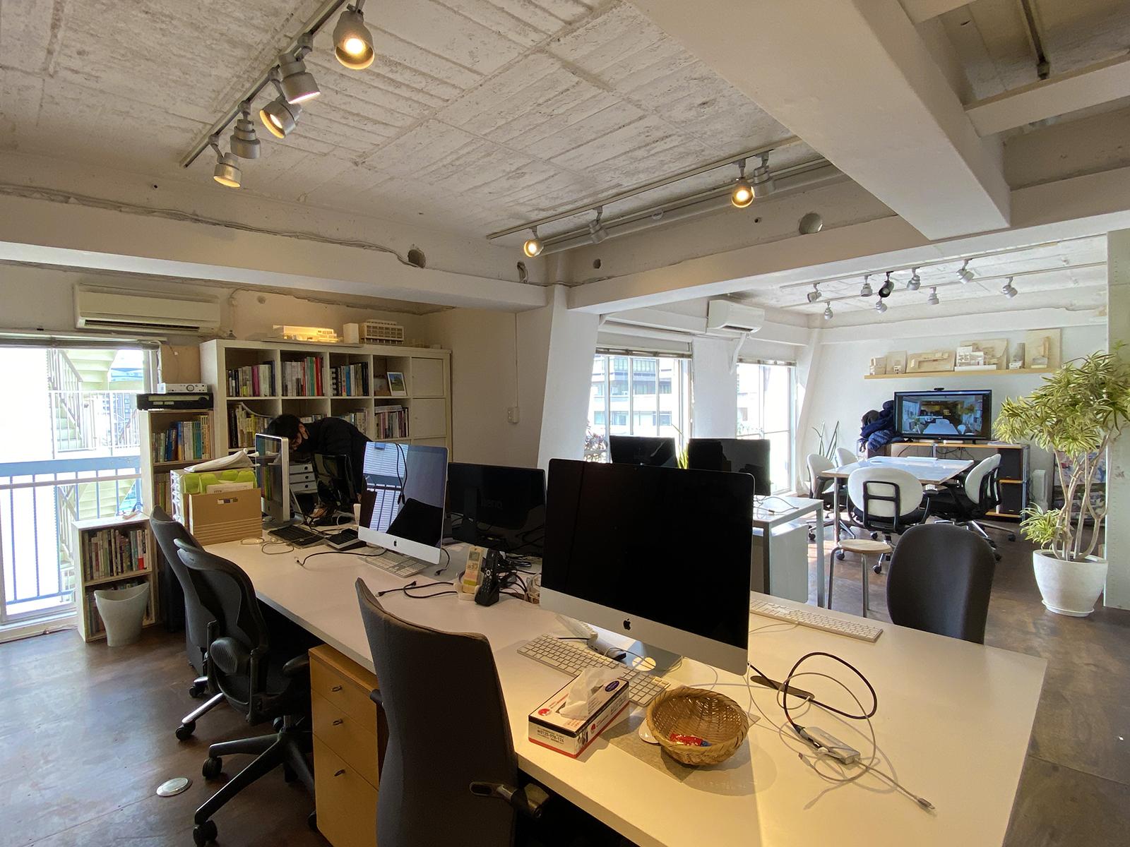 最近オフィスを広くフレキシブルに使うためにフリーアドレス化しました