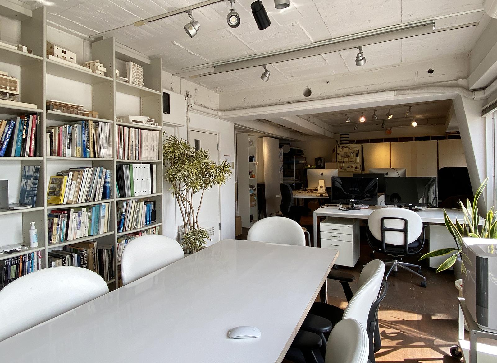 最近スペースを広く使って仕事ができるようにオフィスをフリーアドレス化しました