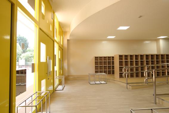 某市立小学校の大規模改修で新しくなった昇降口のデザイン