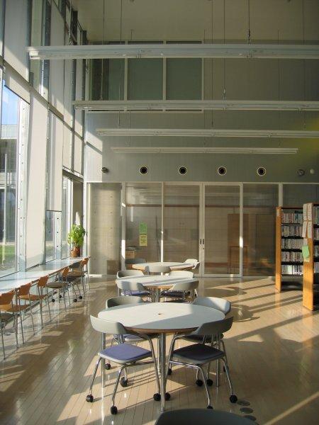 地方都市の住民サービス向上のための地区総合センターを設計しました。
