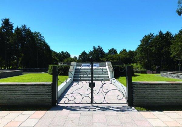 国立公園内に造られた自然霊園の設計です。自然石と鋼材によってナチュラルな造形を目指しています。