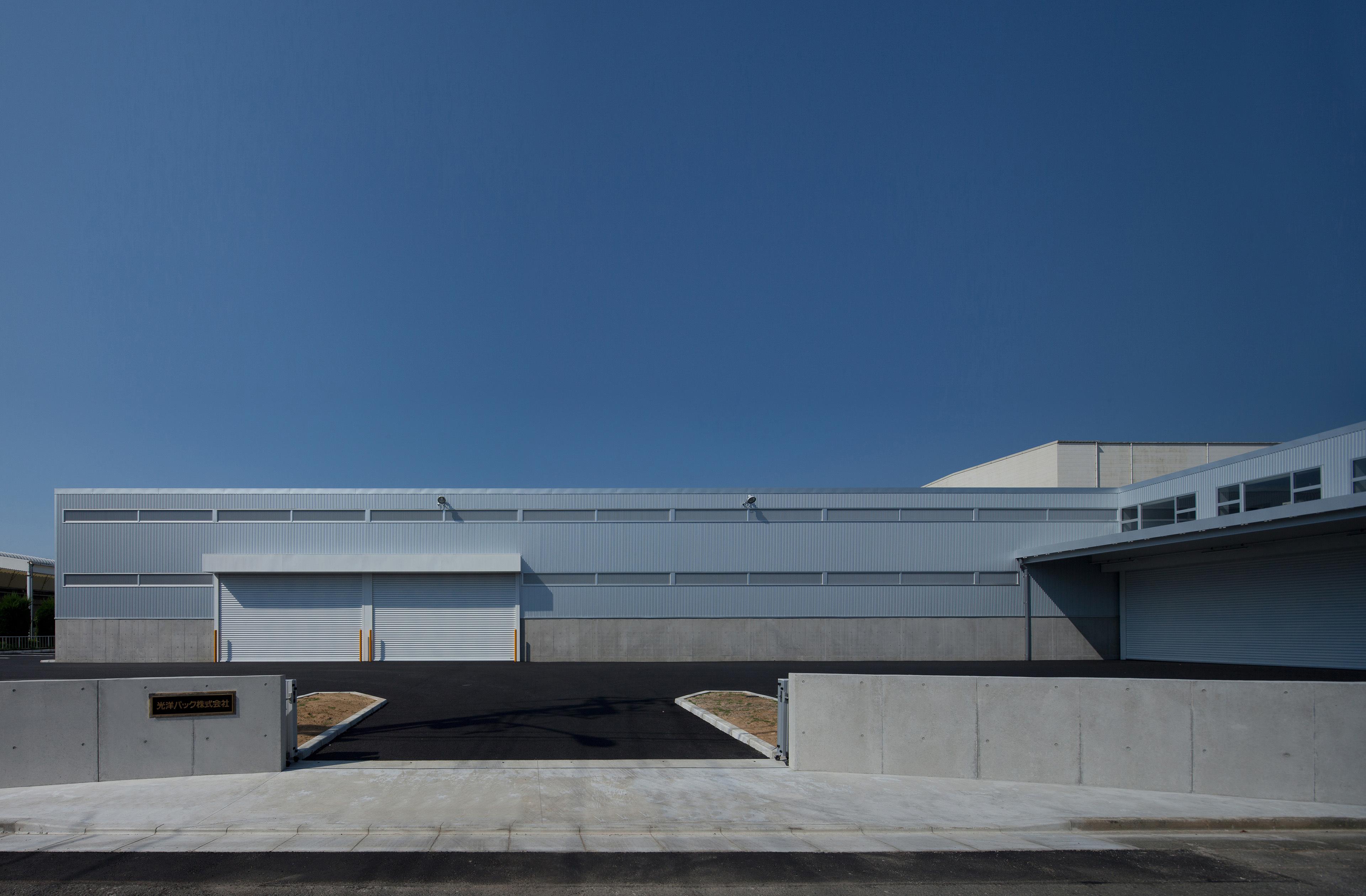 ダンボールの2次加工工場。生産ラインのワークフローを詳細に見直し、空間の関係性を追求しました。