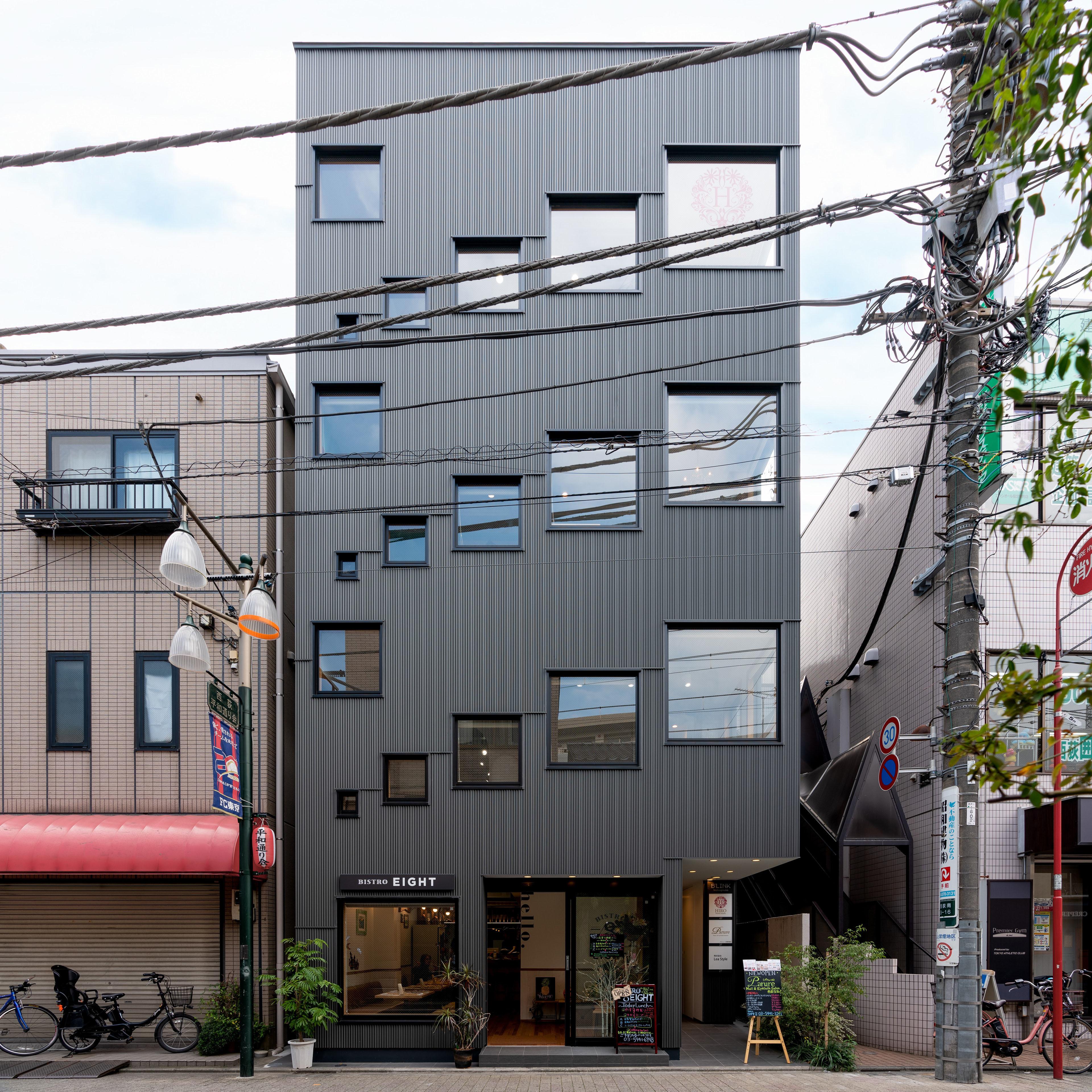 西荻窪の駅前のテナントビル。窓の大きさと並べ方によって街と室内との動的な関係性を築きました。