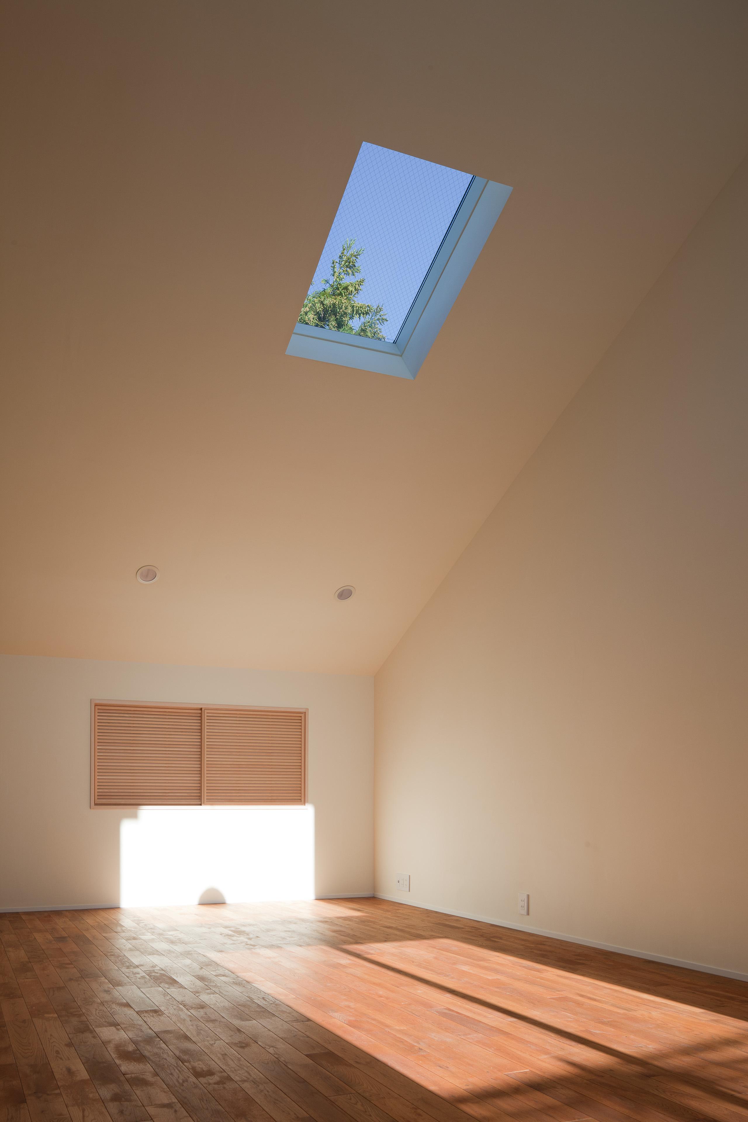自然素材を多用した住宅です。真冬でもリビングの奥まで陽が差し込みます。