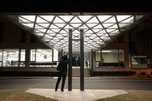 色を研究する施設のエントランス庇 LED照明が七色に変化すします。