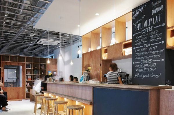 SMALL ALLAY CAFE ラワンと間接照明で演出した空間
