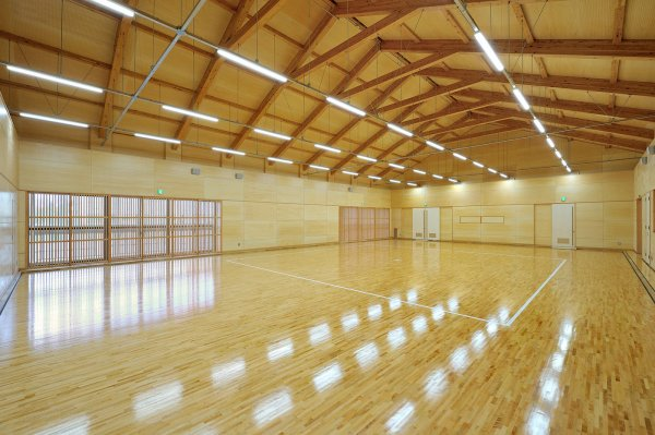 横浜市立中学校武道場:ダイナミックな空間でありながらも、木質化により温もりある内装としました。