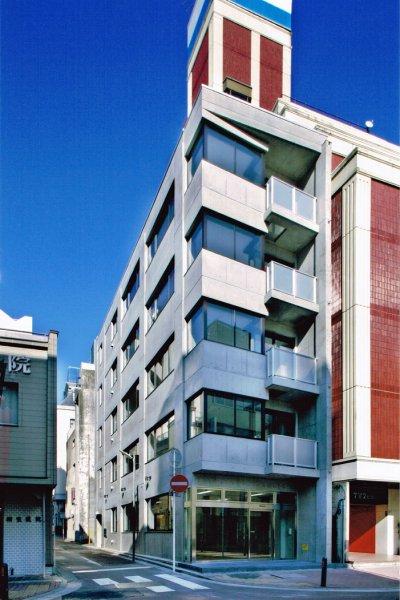 事務所ビル:馬車道の中央部にある、コンクリート打放しの事務所ビルです。