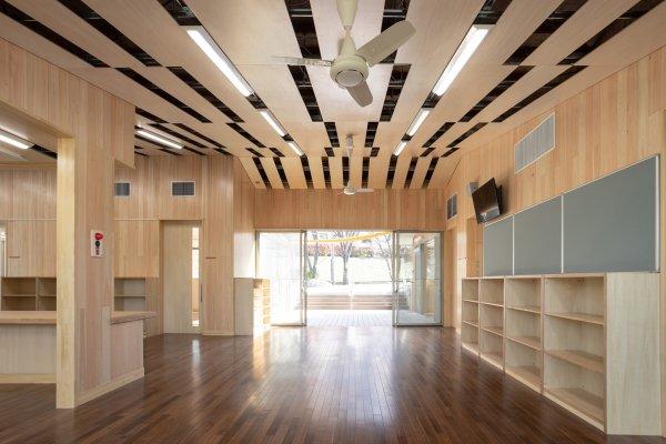 横浜市コミュニティハウス:内装を木質化し温もりがありながら、リズミカルで印象的な空間です。