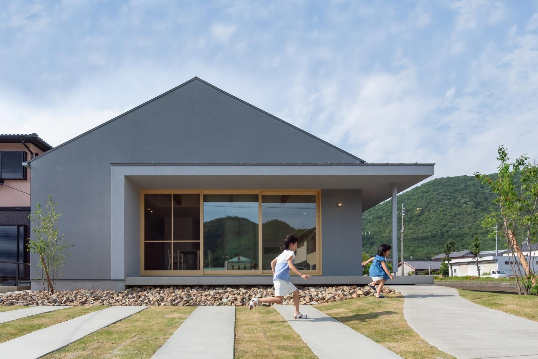 お施主様のイメージから、外観は三角屋根のかわいいカタチを、内装は北欧風の落ち着いた印象で提案しました