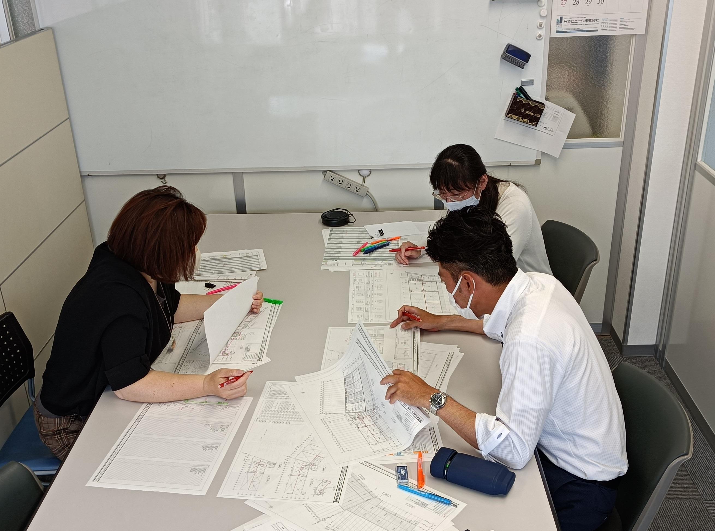 【社内打合せ風景】工程と進捗状況を確認しながら情報を共有しています