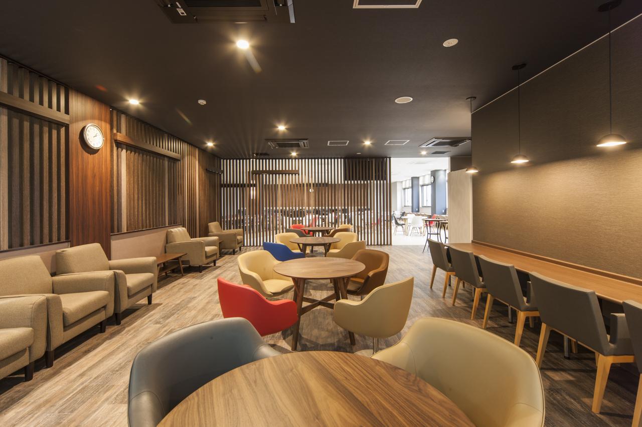 【工場における厚生エリア】リラックスして食事や休憩できるデザイン性のある 空間を設計。