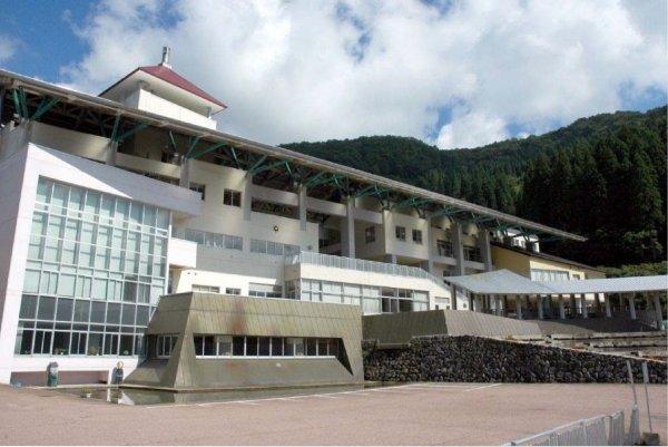 富山県利賀小中学校 過去の実績紹介① 積雪3m地域で冬でも子供が屋外で遊べるアトリウムを設けています