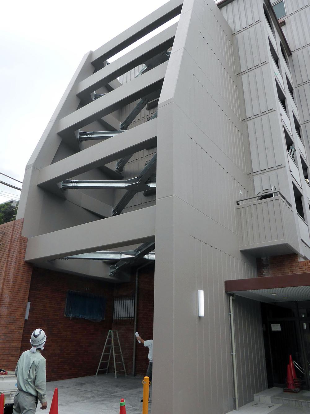 大阪市内マンション 居住者に負担の掛からない、耐震補強を外部に設ける工法を採用しています