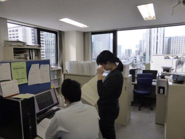 設計室内部 一人当たりのスペースを広く確保し快適な作業空間としています